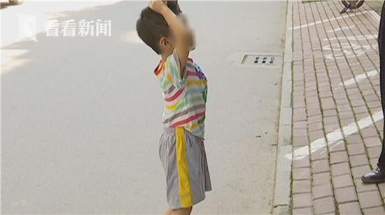 男童被幼儿园老师拖拽跪地 涉事教师:我没恶意
